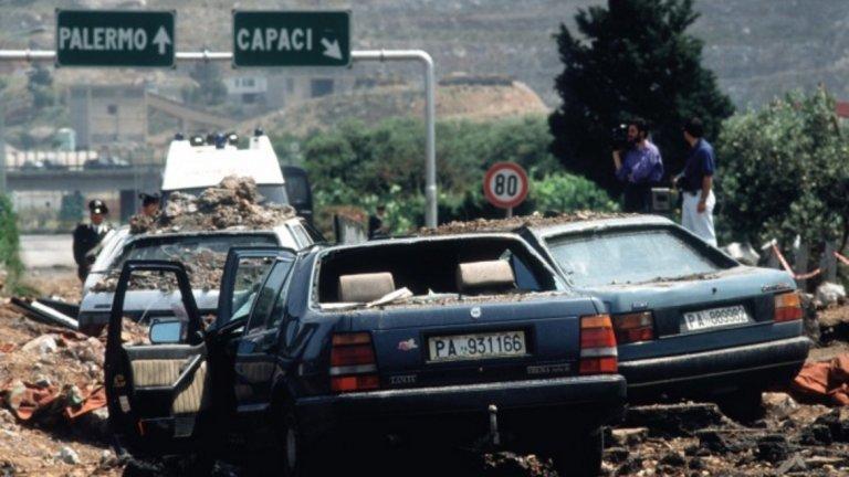 На 23 май 1992 година умира Джовани Фалконе - емблематичен италиански магистрат в борбата срещу мафията. В атентата загиват освен Фалконе, жена му и трима души от охраната. Бомбата е близо 500 кг тротил
