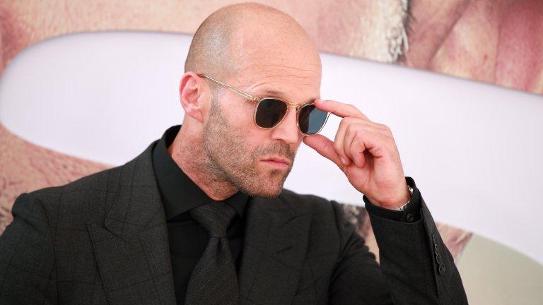 """Джейсън Стейтъм е сред последните badass екшън герои на съвременното кино, което не се нуждае особено от подобни. Известен е най-вече с ролите си в """"Две димящи дула"""", """"Гепи"""", поредицата """"Транспортер"""", """"Италианската афера"""", """"Огън в кръвта"""" и """"Смъртоносна надпревара"""", а вече и с """"Хобс и Шоу"""", където бързо и яростно си партнира със Скалата. За него се знае, че сам изпълнява почти всички каскади: опасно шофиране, бой, плуване, всичко. Използва дубльори само в наистина крайни случаи. Интересува се от спорт от дете и тренира скокове във вода и бойни изкуства. Участва в английския национален отбор по скокове във вода, а през 1992 г. завършва на 12-то място на световното първенство. Стейтъм е майстор на бойните изкуства, занимава се и тренира джу-джицу. Трудно ни е да повярваме, но Кели Брук, с която бяха гаджета, го заряза заради Били Зейн (помните го от """"Титаник""""). Впоследствие обаче Стейтъм се ожени за супер красивата Роузи Хънтингтън-Уайтли, така че всичко е наред."""