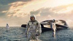 """""""Интерстелар""""   """"Интерстелар"""" е поредната мащабна и изпипана до последния детайл главоблъсканица, която Кристофър Нолан дава на публиката. След """"Мементо"""" и """"Генезис"""" този път нещата излизат и извън земната орбита, а екип от астронавти потегля към Космоса в търсене на нов шанс за човечеството.  През това време зрителят преговаря познанията си по физика и астрономия, докато в типичния си стил Нолан смесва времевите (и пространствени) линии. Брилянтната режисура е допълнена от каст, в който почти няма слабо звено. В главната роля е Матю Макконъхи, а освен него на екран са Ан Хатауей, Мат Деймън, Макензи Фой, Тимъти Шаламе, Уес Бентли и Майкъл Кейн и други."""