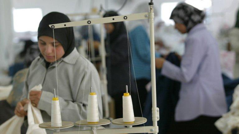 Палестински жени работят в израелска текстилна фабрика - 2002 година