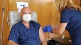 Личните лекари настояват за официална заповед от Министерството на здравеопазването (на снимката: ген. Мутафчийско получава трета доза във ВМА)