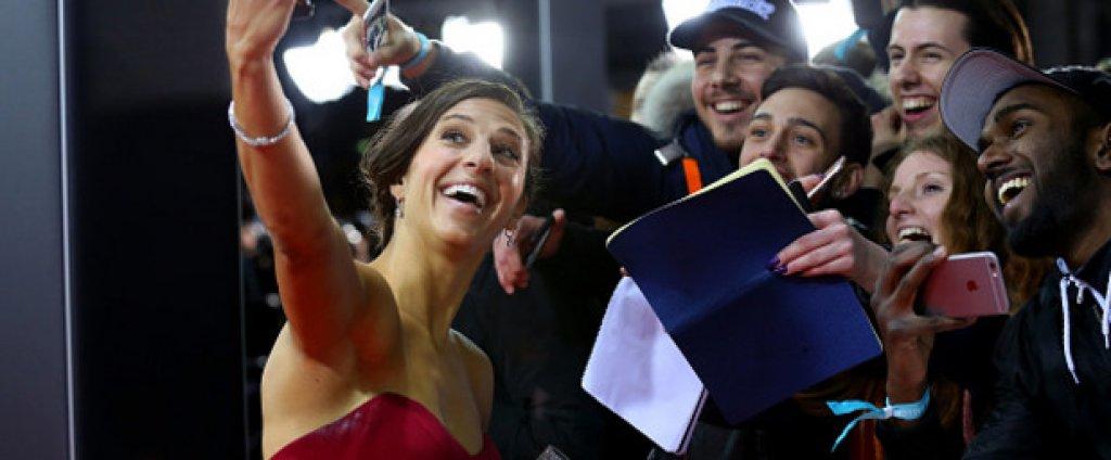 Най-добрата футболистка за 2015 година Карли Лойд си направи селфи с феновете