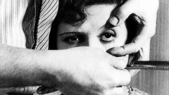 """Андалуското куче (1929), реж. Луис Бунюел  Въпреки че класическият сюрреалистичен късометражен филм на Бунюел е предшественик на психеделията, изкривеното повествование и приличащата на сън визия му придава психеделично излъчване, което е повлияло на много по-късни филми. Неговият филм е перфектен пример за сюрреализъм, стил в изкуството, който използва символизма и ирационалността на безсъзнателното.  """"Андалуското куче"""" е първият филм на Бунюел, и е писан в сътрудничество с видния сюрреалист Салвадор Дали. Филмът започва с бръснар, разрязващ окото на жена, сякаш символично предлага на зрителя да отхвърли предварително изградени идеи и да гледа с нови очи.  Последващите 20 минути се развиват на фона на фрагменти от вагнеровата """"Либестод"""" - драматична ария от """"Тристан и Изолда"""", която така и не стига до кулминацията си, което прави филма още по-изнервящ. Бунюел обърква зрителя, като прескача напред-назад във времето със субтитри, които заявяват """"Осем години по-късно"""" или """"Шестнайсет години по-рано.""""  Няма явен сюжет, а по-скоро амалгама от сюрреалистични образи. Изправени сме пред изкривени религиозни символи, като мравки, изпълзяващи от стигматизирана ръка на главния герой (млад неназован мъж, в ролята Пиер Бачеф), и сценарий, наподобяващи сън - например как младият мъж влачи пиано с труп на магаре върху него, и двама свещеници, стремящи се да се доберат до млада жена (Симон Марьой).  Подобни образи, сюрреалистични по природата си, създават изкривено усещане за реалността, качество, присъстващо в много психеделични филми."""