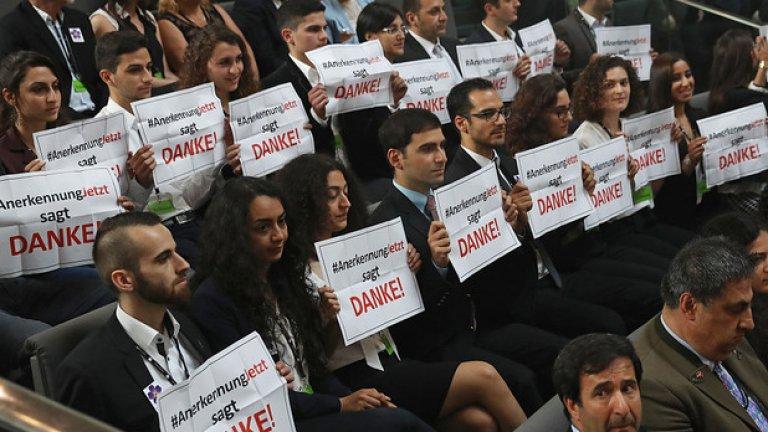 Под безпрецедентен натиск от стана на Турция, германският парламент прие резолюция за осъждане на арменския геноцид  На снимката: Посетители в Бундестага благодарят с надписи на немските депутати, които осъдиха арменския геноцид, извършен от страна на Османската империя през 1915-1916 година.