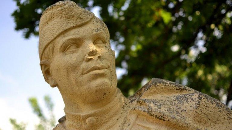 За да е в крак със съвременните модни течения сред социалистическите паметници, една от фигурите на скуптурата е с разрушен нос.