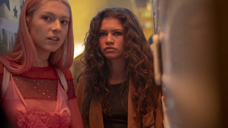 """Euphoria (HBO)  Понякога забравяме колко труден може да бъде животът на тийнейджърите, сексуално фрустрирани, несигурни, търсещи своето място под слънцето. Сериалът """"Еуфория"""" проследява живота на Ру Бенет (Зендая) - тийнейджърка, която търси себе си чрез наркотиците. Неподходящ за лица под 18 години, """"Еуфория"""" успя да шокира зрителите още с първия си епизод и показването на множество пениси на екрана. Вместо да бъде оплакване на съдбата на младото поколение, сериалът показва трудностите, които съпътстват съзряването и припомня, че зад обърканите деца стоят и объркани родители."""