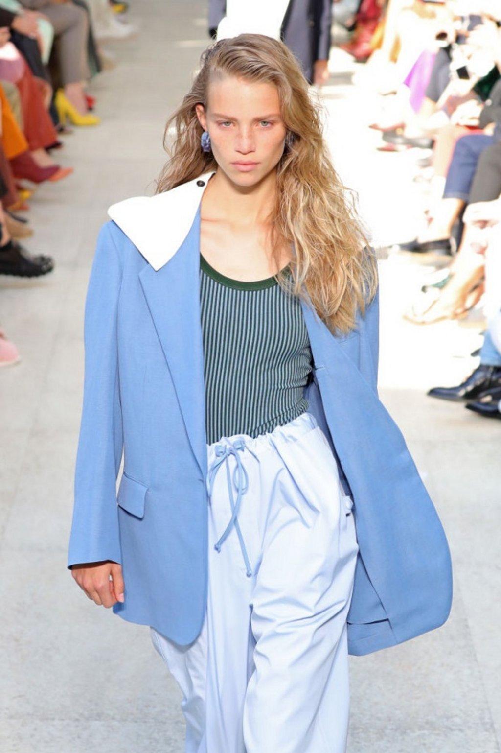 Голямата диско яка   Модата на голяма диско яка не е отминала, дори напротив. Сега тя се завръща върху палта, якета и ризи, както видяхме в колекциите на Lanvin, Ferragamo и JW Anderson.  На снимката: модел на Salvatore Ferragamo