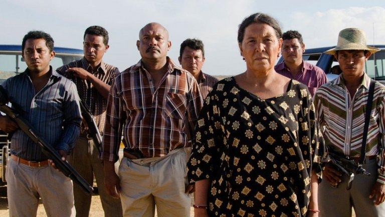 """2. Birds of Passage (Pajaros de verano)  Номинираният за """"Оскар"""" Чиро Гуера и неговата партньорка в живота и работата Кристина Галего показват една страна от историята на Колумбия, която никога досега не е достигала до останалата част от света. Филмът им разказва за това как местните хора от племето уаю са станали част от най-ранните проблеми на държавата с наркотиците.  Период, в който бедните местни се изкушават от възможността за забогатяване като се включват в търговията с марихуана, а това води до масово насилие в обществото. Филмът преплита талантливи и доказани актьори с автентично изглеждащи аматьори, за да разкаже за традициите на уаю и да покаже как престъпната дейност е заплашила мистичния им начин на живот."""