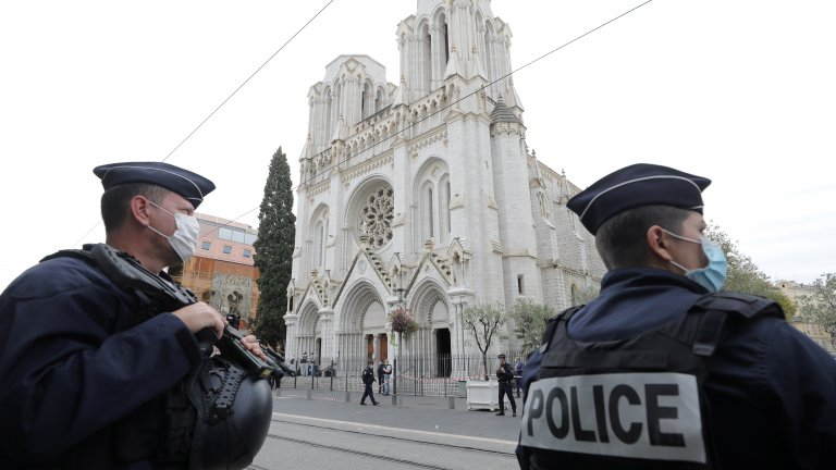 Нападател с нож е вилнял край християнския храм