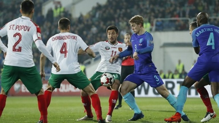 """6. Има ли смисъл да гледаме класирането и да се надяваме на нещо?  Поглед към класирането предизвиква най-малкото гордост. След изиграването на половината мачове от квалификациите сме на трето място, на две точки пред Холандия, само на точка от шведите и на 4 от фаворита Франция. Оставащите мачове обаче не са никак обнадеждаващи – гостувания на Беларус и Люксембург, където нищо не ни е гарантирано, гостуване и на Холандия, където """"лалетата"""" едва ли ще пропуснат да вземат реванш за снощи. Домакинските ни мачове са срещу Франция и Швеция, от които също трудно ще вземем нещо.   Въпреки успеха над Холандия, да си правим сметки за някакво второ място и участие в баражите изглежда по-скоро смешно. Най-вероятно ще завършим на предварително очакваното четвърто място, затова е по-важно да гледаме играта на тима, а не събраните точки."""