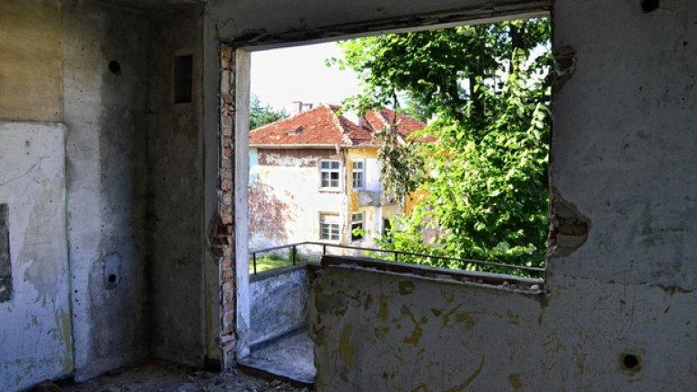 Всичко, което може да се отмъкне от изоставените апартаменти, е разграбено, за да премине в друго агрегатно състояние някъде из пунктовете за вторични суровини в околността.