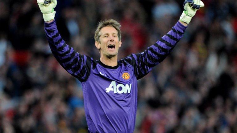 """4. Най-дългата """"суха"""" серия на вратар е на Едвин ван дер Сар - 14 поредни мача Серията от 14 мача без допуснат гол от Едвин ван дер Сар продължи между 15 декември 2008-а и 18 февруари 2009-а. С изявите си той допринесе много за спечелването на 11-ата титла на Юнайтед в ерата на Премиършип. Той се отказа през 2011 и стана най-възрастният шампион в английския елит."""