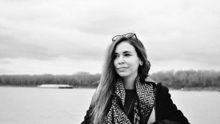 Потапяне в световете на изкуството с художничката, която създава корици и пише стихове - Антонина Георгиева.