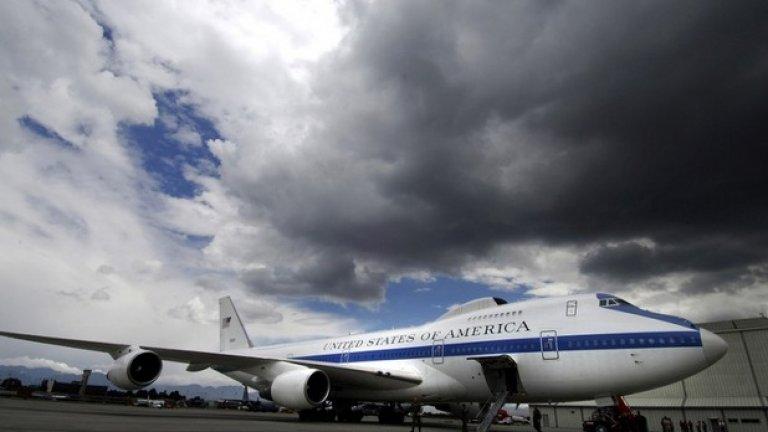 """Doomsday Plane, САЩ  Doomsday Plane е името на самолета, с който се придвижва Барак Обама. Само 4 такива самолета са произведени в света, а този на американския президент струва 220 милиона долара. За съжаление, много от детайлите в интериора се пазят в тайна, но се говори, че може да издържи на ядрена експлозия, на сблъсък с астероид и на многобройни терористични атаки. Самолетът в действителност разполага с предпазна обвивка срещу радиация и има на борда 67 антени и сателитни чинии. Сигурно е и че е абсолютно сигурен при излитане, кацане и полет.  Самолетът на Обама обаче съвсем не е най-скъпият на света. Вижте в галерията политиците на кои държави се возят в най-скъпите """"летящи замъци"""""""