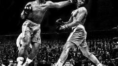 """1. Боят на века: Джо Фрейзър - Мохамед Али. 8 март 1971 г., Ню Йорк. Фрейзър печели в 15 рунда в """"Медисън скуеър гардън"""" в битка, която носи първата загуба в кариерата на Али. Атмосферата е невероятна, като това е най-очакваният мач дотогава в боксовата история. Двамата печелят гарантира по 2,5 милиона долара, а срещата надминава всички очаквания. Фрейзър печели убедително, като и тримата рефери му дават предимство, въпреки че първите 3 рунда са за Али. Това е само първата част от трилогията, която продължава между двамата велики в бокса в следващите 4 години."""