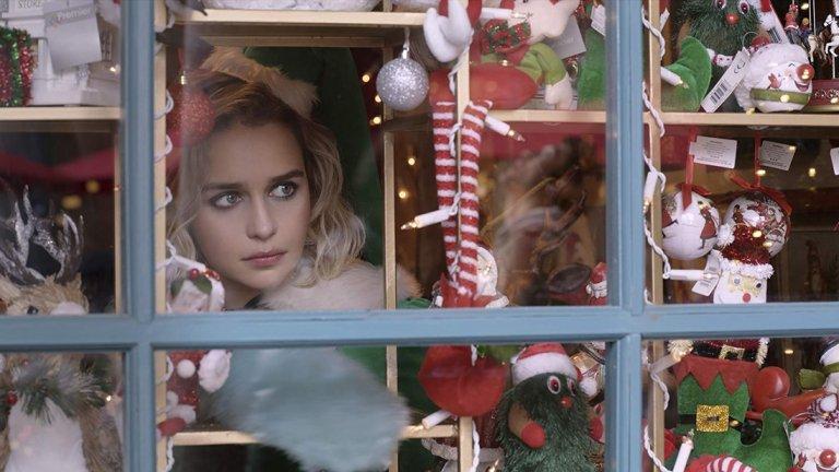 """Последната Коледа   Емилия Кларк, която всички познаваме като Денерис Таргариен от """"Game of Thrones"""", влиза в ролята на чаровната Кейт, която обаче страда от патологична липса на късмет и непрекъснато взима грешните решения. Ситуацията я принуждава да започне работа като коледен елф в магазин, а там тя се натъква на Том. Ще успее ли той да спечели сърцето й и да преобърне живота на Кейт веднъж завинаги?  В ролята на Том е главният герой от """"Crazy Rich Asians"""" – Хенри Голдинг. Освен него участват Ема Томпсън, Мишел Йео и Дейвид Мумеми. Ема Томпсън е и съсценарист на романтичната комедия.   Премиерата е на 15 ноември."""