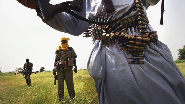 Гледката на тежковъоръжени бунтовници е ежедневие за местните, които от 2003 г. насам живеят в претъпкани лагери