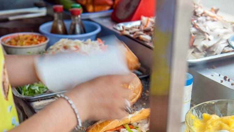 Ако стигнете до Виетнам, задължително трябва да опитате традиционния за страната сандвич Бан Ми. Или просто да си го приготвите у дома. Нужна ви е Багета, мариновано свинско, морковена туршия, краставица, люта чушка, медена майонеза, кориандър и... Фантазия!