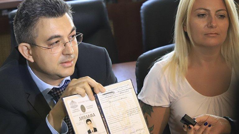 Пламен Николов си представи дипломите, министрите - по-късно