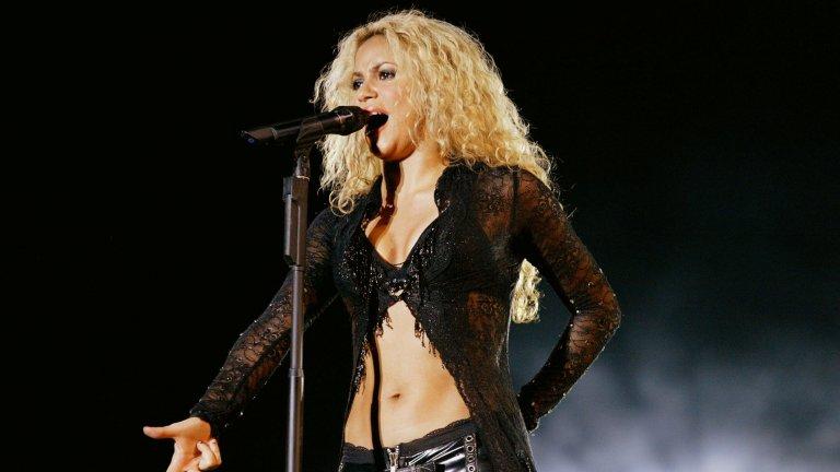 """ШакираИмето ѝ означава """"Изящна жена"""" в превод от арабски и сякаш е предопределило как ще се развие кариерата на певицата. 18 години след дебютния ѝ сингъл и две деца по-късно Шакира е по-привлекателна от всякога и е на върха на славата си."""