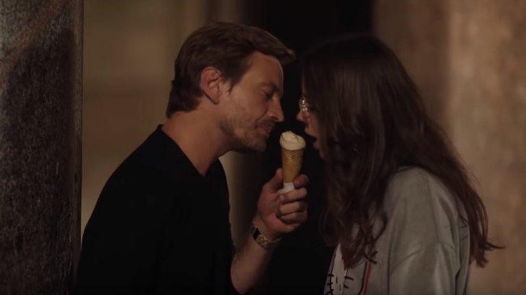 """""""Храна за любовта"""" / Foodie Love - Испания Един сериал за любители както на топлите емоции, така и на топлите ястия. Този испански сериал се фокусира върху мъж и жена - и двамата някъде около 30-те си години, които биват събрани от специално приложение за срещи, чийто алгоритъм се базира върху предпочитанията им за храната. И макар нещата да не започват съвсем брилянтно, двамата решават да се опознаят, напук на наранените чувства от предишни връзки. И това, което е започнало само с кафе, ще мине през цяла плеяда от вкусове и ястия, за да стигне в един момент чак до Япония. Големият въпрос обаче е - достатъчна ли е страстта към храната за започването на истинска връзка."""