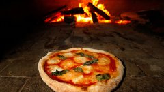 Първата пица е с домати, моцарела и босилек, в цветовете на италианското знаме, а готвачът Рафаеле Еспозито я поднася на италианската кралица Маргарита. Оттам името на този вид пица остава във вековете - пица Маргарита.
