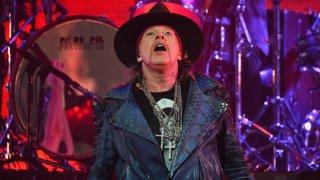 Дълго отписван и подценяван: Аксел Роуз отлагаше обединението на Guns N' Roses през годините, но сега най-после ги повежда на турне заедно със Слаш и Дъф. Междувременно той може да бъде човекът, който ще спаси AC/DC