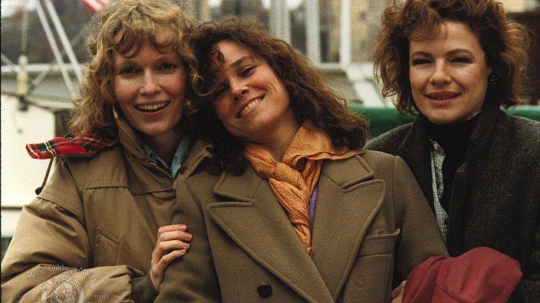 """""""Хана и нейните сестри"""" Ню Йорк не е най-основният участник в тази семейна драма на три сестри и техните мъже. Центърът на историята е Хана, изиграна от кокетната и крехка Миа Фароу. И все пак нюйоркските улици са онези, по които Майкъл Кейн дебне любимата си, в чийто книжарници Уди Алън среща любовта и където жените изглеждат стилно и по един младежки и неостаряващ начин адски секси. """"Хана и нейните сестри"""" и до момента остава един от най-драматичните и трогателни филми от творчеството на Алън, където семейството е по-важно от всичко."""