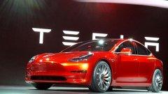 Причината е клип, който се е появил в социалните мрежи, който показва как кола Tesla наглед без никаква причина избухва в пламъци
