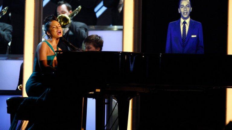 """Франк Синатра  Още една легенда, съживена на още едно голямо шоу – наградите """"Грами"""" през 2008 г., десет години след смъртта на Синатра. Там той пя заедно с Алиша Кийс, а по-късно същата холограма се появи и на 50-ия рожден ден на Саймън Коуел. За да е пълна гаврата, се заговори за възможността Синатра да направи супергрупа с холограмите на Елвис Пресли и Майкъл Джексън."""