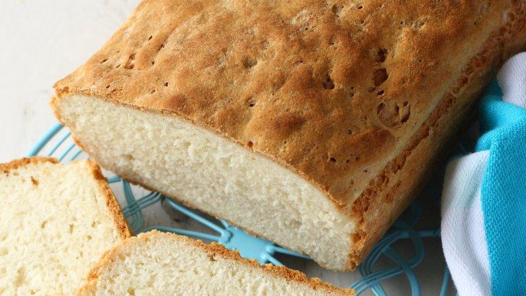 Картофен хлябТози хляб се получава не толкова пухкав, но плътен и с наситен вкус и върви особено добре с парче масло или сирене. За получаването му сварявате до пълно омекване 500 грама картофи на кубчета и ги пасирате още горещи, след което ги оставяте да изстинат до гъста лепкава смес. После прибавяте към пюрето две яйца, две супени лъжици олио, сол и кубче мая, разтворена в хладка вода.   Сега следва забавната част, при която започвате да прибавяте постепенно 500 грама брашно до получаването на меко, еластично и леко лепнещо тесто. След това оставете тестото в намаслена и покрита с кърпа купа, докато удвои обема си, след което печете в добре загрята на 200 градуса фурна до получаването на апетитна коричка.