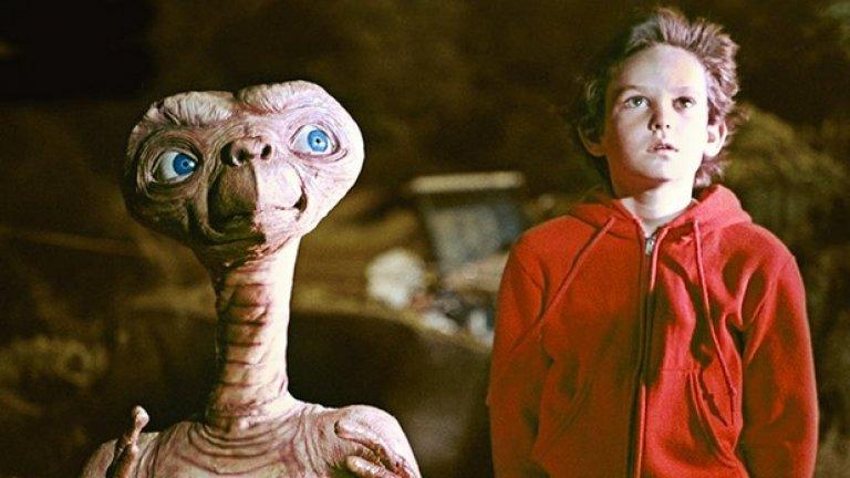 """Извънземното (1982)  Пореден летен блокбъстър на Стивън Спилбърг, който се превръща в най-печелившия филм до съответния момент в историята на киното. Но с какво """"Извънземното"""" е различен? """"Челюсти"""" и """"Джурасик парк"""" изваждат на преден план първични страхове – природни зверове, вода, джунгла, най-директна опасност от изяждане.   А """"Извънземното"""" е простичка история за приятелството и порастването, независимо че включва като персонаж странно изглеждащо същество от далечна планета. Да, има и такива блокбъстъри, макар и все по-рядко."""