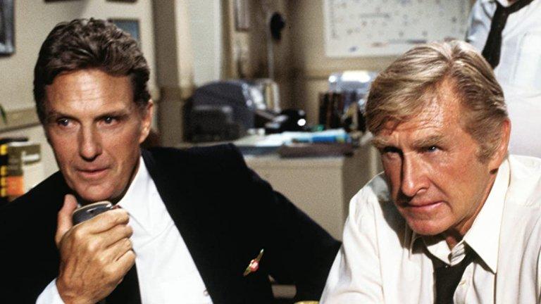"""Airplane! / """"Има ли пилот в самолета""""  Има си причина това да бъде приемано за едно от най-смешните заглавия за цялото десетилетие, а и въобще. """"Има ли пилот в самолета"""" реално е един от първите пародийни филми, който постави основата на цял един поджанр в комедиите. Робърт Хейс и Джули Хагърти са в главните роли, но истинската звезда във филма е Лесли Нилсен."""