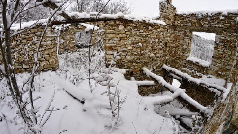 Снегът не е в състояние да скрие разрухата, сполетяла някогашното жилище.