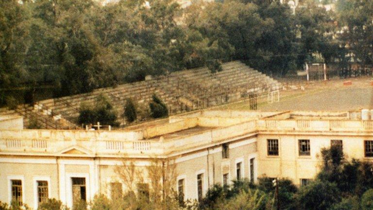 """Анортозис бяга от Фамагуста  Цели 13 пъти шампион на Кипър, известният футболен тим на Анортозис е създаден през 1911 г. в приказно красивия морски град Фамагуста. Там играе до 1974 г., когато турските войски окупират Северен Кипър. Цялото население бяга от града, който опустява, и до днес в него няма живот, а само рушащи се сгради. Заедно със значителна част от населението, Анортозис се мести в Ларнака, където играе и до днес на стадион """"Андонис Пападопулос"""". А съоръжението във Фамагуста и до днес тъне в бурени."""