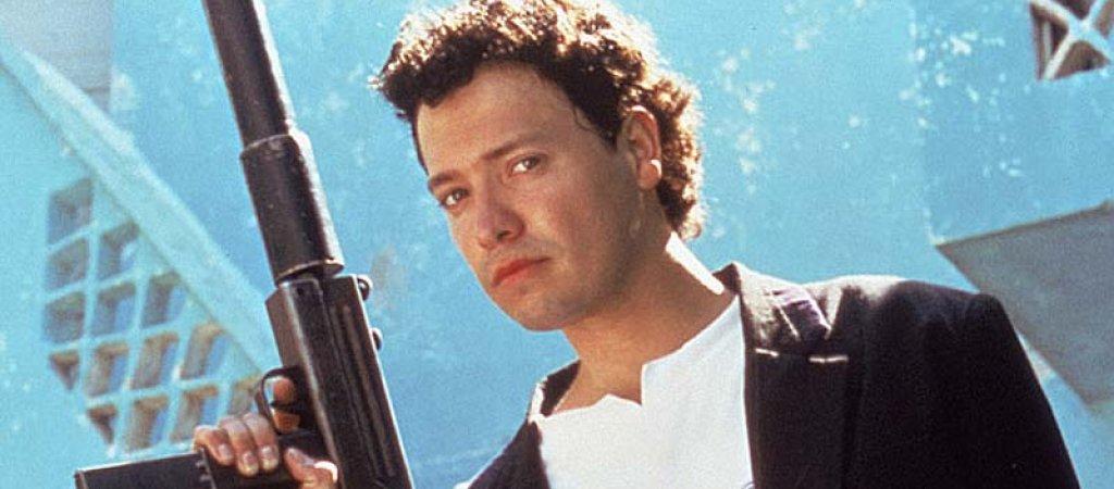 """El Mariachi / """"Ел мариачи""""  """"Ел мариачи"""" е първият филм на режисьора Робърт Родригес и всъщност се превърна в пълен хит, който след това вдъхнови два успешни холивудски блокбъстъра с Антонио Бандерас. А всичко реално започва с един изцяло аматьорски състав и бюджет от едва 7000 долара, като половината от тях Родригес събира собственоръчно с участието си в експерименти на нови лекарства. Филмът  разказва за китарист, който по погрешка се оказва преследван от наемниците на наркобос. Изходът от тази ситуация? Убий или бъди убит."""
