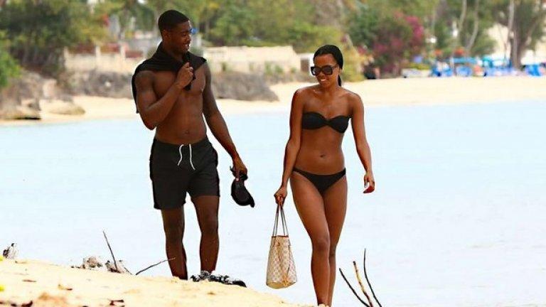 Защитникът на Манчестър Юнайтед Тайлър Блекет разпуска с приятелката си в Барбадос