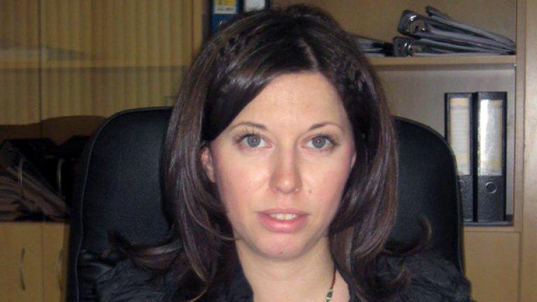 Срещу Калина Илиева са повдигнати две обвинения - по чл. 308 от Наказателния кодекс - за съставяне на фалшив документ, и по чл. 316 - за ползване на други неистински документи