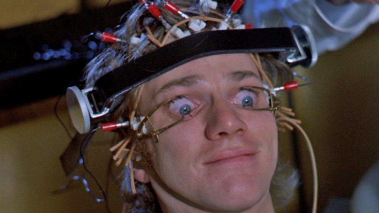 """Антъни Бърджес - """"Портокал с часовников механизъм""""   Мнозина смятат, че работата на Стенли Кубрик по екранизацията на едноименния роман на Антъни Бърджес е гениална. Самата книга се смята за едно от най-важните литературни произведения на XX век, а филмът е посрещнат със също толкова възторг и положителни отзиви.  Самият Бърджес не е сред феновете на филма, най-малкото защото по това време той съжалява, че въобще е написал романа. Неговата банда от убийци и изнасилвачи бавно, но сигурно се превръща в легенда в поп-културата – факт, който писателят ненавижда.   Той е на мнение, че филмът само улеснява тази тенденция и е още по-труден за разбиране и от книжния оригинал. Огорчението му от продукцията на Кубрик води и до край на приятелството между автора и режисьора."""