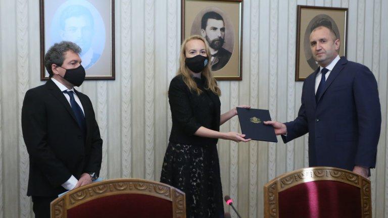 Антоанета Стефанова прие папката от името на партията на Слави Трифонов