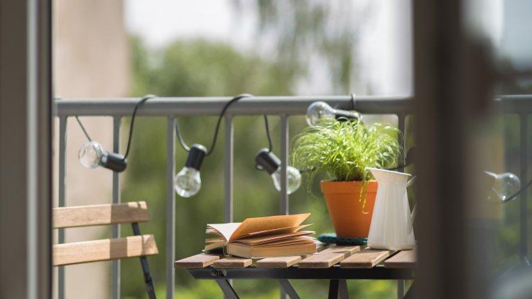 """Време е да оправите терасата сиРазбира се, ако сте късметлии да имате такава. Предстоят все по-топли, слънчеви и приятни дни, затова балконът може да се превърне и в новото ви работно място. Ако имате вече столове и маса, помислете за декорация - например някое топлолюбиво растение, картина или лампички (защо не коледните). А хрумвало ли ви е да си вземете барбарони? Въобще е време да обърнете внимание на вашето лично парченце """"навън""""."""