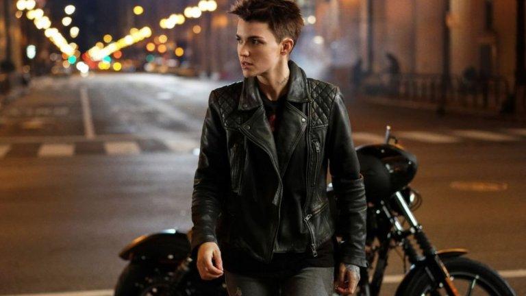 Създателите на новия сериал на CW залагат най-вече на темата за представителността. Ясно беше, че Батуомън (в ролята: Руби Роуз) ще е първата супергероиня лесбийка на малкия екран.