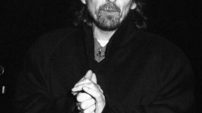 8. Gone Troppo (1982) – Джордж Харисън  И четиримата от The Beatles са произвели поне по една самостоятелна плоча, достойна за топ предложенията в тази класация, но Джордж Харисън със своя Gone Troppo (австралийски израз за някой, който си е изгубил ума) прибира наградата от името на целия отбор.  Все още разтърсен от смъртта на Джон Ленън през 1980 г. и очевидно разсеян покрай заниманията си с правене на филми и състезания с коли, Харисън откровено е претупал албума и след това си е взел петгодишна почивка от правене на музика. Ами какво да кажем? Колкото по-големи са очакванията, толкова по-голямо е и разочарованието – съжаляваме, Джордж, и благодарим на теб, Ринго.