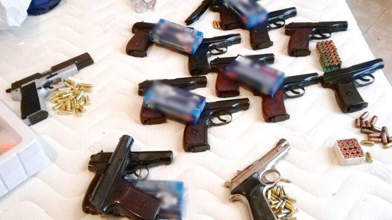 Заловени са шест души, 53 пистолета и 70 кг хероин