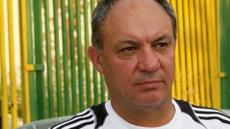 Пламен Николов   Някогашен колос в Левски, любимец на агитката и футболист номер 1 на България за 1984 г. Същевременно и провокатор с няколко счупени крака на противници в кариерата си. В едно вечно дерби чупи крака на Красимир Безински, а на големия бой през 1985 г., след който разформироват Левски и ЦСКА, прави огромна дупка в коляното на Ради Здравков и го праща директно в болницата.