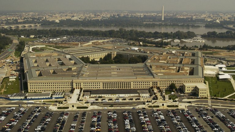 Пентагонът призна, че разполага с кадри с НЛОБяхме заети с пандемията и тази новина не получи необходимото ѝ внимание, но нека припомним – Пентагонът разреши публикуването на видеа, на които се виждат неидентифицирани летящи обекти. Американските власти подчертават, че въпросните НЛО е възможно да са метеорологични балони и/ или дронове, така че е пресилено да говорим за контакт с извънземни.   Дори и президентът Доналд Тръмп, известен с меко казано странните си възгледи на моменти, заяви, че не смята за особено вероятно това да са били извънземни.