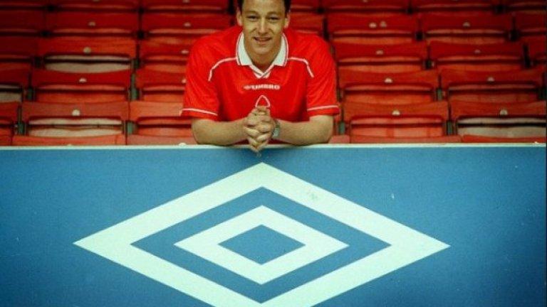 """Джон Тери в Нотингам Форест В края на миналия век в Челси играят футболисти като Джанфранко Дзола, Торе Андре Фло и Густаво Пуйет. На вратата е Ед де Гуй, а пред него са Франк Лебьоф и Марсел Десаи – двамата, които спряха Роналдо, Ривалдо и Леонардо на световното през 1998 г. Въпреки че е смятан за голям талант, място за 18-годишния Тери няма и през 2000 г. той е пратен под наем в Нотингам. Тогава отборът губи мач след мач, но на сцената се появява младокът. Изиграва само шест мача с екипа на Форест, но тимът няма загуба с него в състава. Тери показва лидерските си качества още тогава, а бившият му съотборник Кристиан Едуардс си спомня: """"Веднъж бяхме във фитнеса. Отвън валеше сняг и беше адски студено. Всички се бяхме навлекли и изведнъж се появи Джон по шорти и започна да се въргаля в снега. Тогава разбрахме, че е не само лидер, но и обичаше да се шегува."""""""
