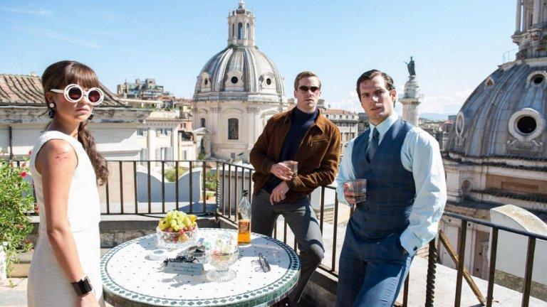 """Минават десетилетия и се стига до римейка от 2015 г., режисиран от Гай Ричи. Филмът The Man from U.N.C.L.E. е базиран на сериала, запазва основната концепция и имената на героите, а в главните роли са Хенри Кавил (""""Мъж от стомана"""") и Арми Хамър (""""Призови ме с твоето име""""). Филмът е достатъчно развлекателен с оглед на слабостите и на оригинала, но за съжаление, се оказва финансово разочарование."""