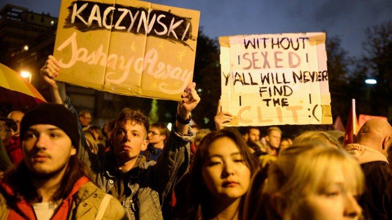 """Противници на законопроекта  излязоха на протест срещу промените, които предвиждат забрана на сексуалното образование, пред парламента във Варшава. Законопроектът произтича от инициативата """"Спрете педофилията"""", социална кампания, организирана от консервативни католически групи, която има за цел """"да осигури правна защита на децата и младите хора срещу сексуалната активност сред непълнолетнитe""""."""