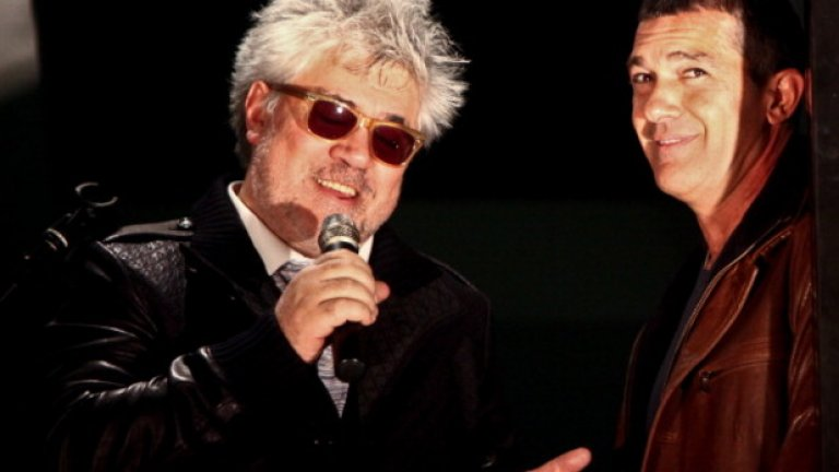 Ноември, 2011-та: режисьорът Педро Алмодовар и Антонио Бандерас отбелязват многогодишното си сътрудничество на парти в Бевърли Хилс